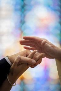 mariage-eglise-benediction-vitrail