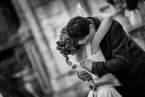 mariage-eglise-calin-emotion