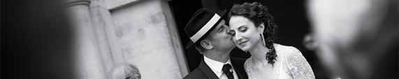tendre baiser du marié à la sortie de l'église