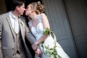 mariage-sortie-eglise-bisou
