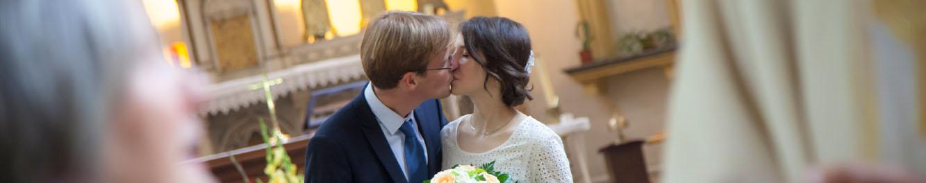 maries s'embrassant à l'eglise