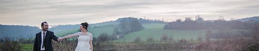 mariés dans un paysage campagnard en hiver